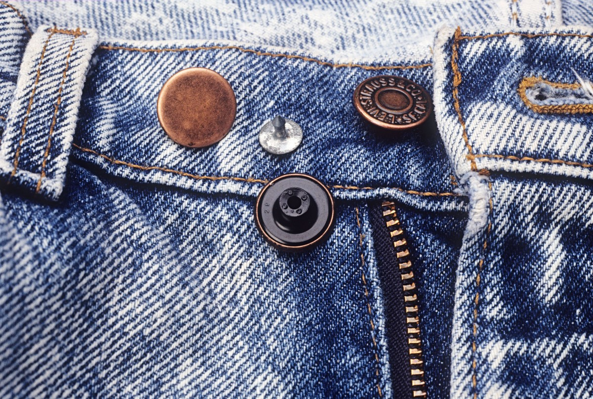Single prong fastener button for jeans